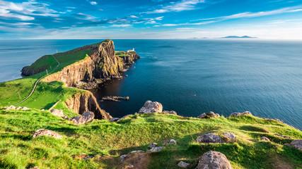 Oszałamiający zmierzch w latarni morskiej Neist Point na wyspie Skye w Szkocji