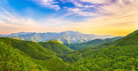 Górska dolina o zachodzie słońca
