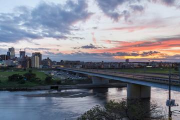 多摩川に架かる鉄道橋と夕焼け