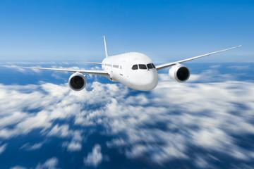 Podróż samolotem, samolot latający w błękitne niebo nad chmurami