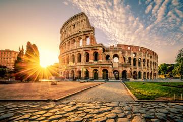 Koloseum w Rzymie i poranne słońce, Włochy