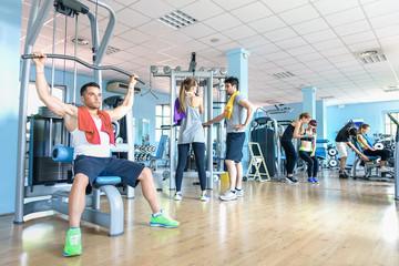 Mała grupa sportowych przyjaciół w centrum klubu fitness gym