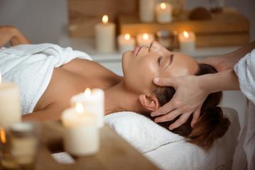 Młoda piękna dziewczyna ma twarz masaż relaksuje w zdroju salonie.