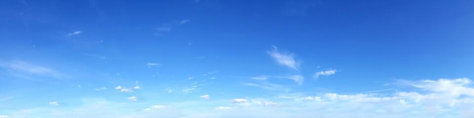 Panoramiczne niebo w słoneczny dzień.