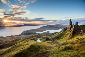 Wschód słońca w najpopularniejszej lokalizacji na wyspie Skye - The Old Man of Storr - piękna panorama niesamowitej scenerii z żywymi kolorami i malowniczą panoramą - symboliczna atrakcja turystyczna