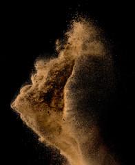 Piaszczysta eksplozja na ciemnym tle,