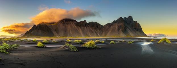 Zachód słońca nad Vestrahorn i jego czarna piaszczysta plaża w Islandii