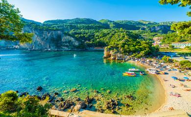 Piękna plaża i łódź w Paleokastritsa, Corfu wyspa, Grecja