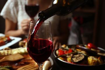 Pyszny obiad z grillowanymi warzywami i winem