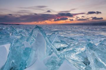 Kolorowy zachód słońca nad kryształowym lodem jeziora Bajkał