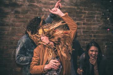 Grupa młodych dorosłych kręcących się w klubie disco