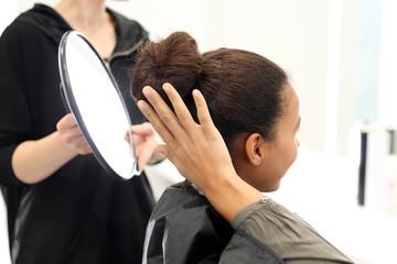 U fryzjera.Kobieta w salonie fryzjerskim
