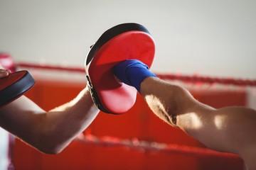 Kobieta bokser ćwiczy w ringu