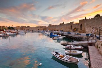 Stary port i mury miejskie średniowiecznego miasta Rodos.