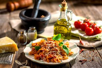 Makaron Z Sosem Pomidorowym Na Drewnianym Tle