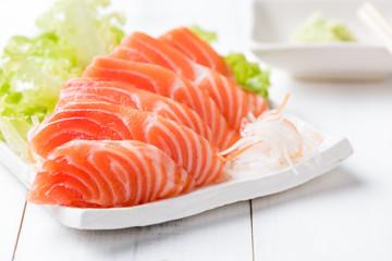 łosoś sashimi na białym tle naczynia i drewna