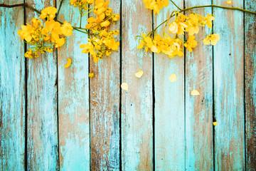 Kolor żółty kwitnie na rocznika drewnianym tle, rabatowy projekt. ton kolorów vintage - koncepcja kwiat tło wiosna lub lato