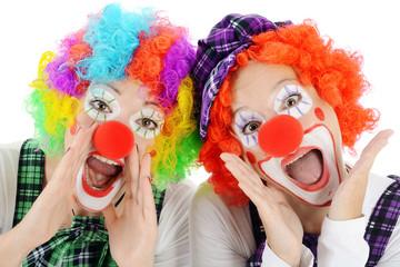 Clown geschminkt in Kostüm zu Karneval, Fasching oder Fastnacht ruft und schreit