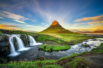 Zmierzch nad Kirkjufellsfoss siklawą i Kirkjufell górą w Iceland