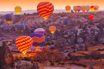Malowniczy wibrujący widok lotu balonów w dolinie Kapadocji ws