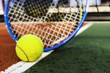 balle de tennis et raquettes sur terrain de tennis