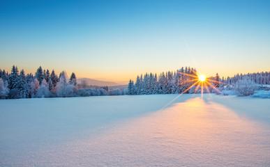 Majestatyczny wschód słońca w krajobrazie gór zimowych.
