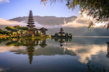 Widok góra, jezioro i świątynia w Bali Indonezja