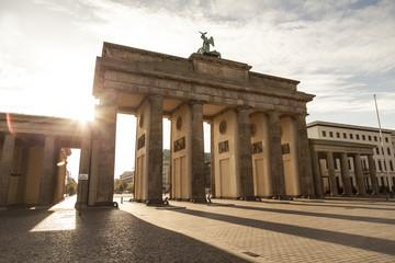 Brandenburger Tor mit Sonne in Berlin