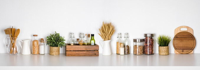 Półka kuchenna z różnych ziół, przypraw, naczynia na białym tle