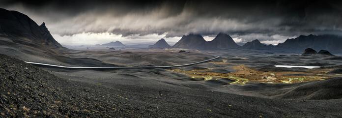 Myvatn, Islandia - Długa kręta droga przez wulkaniczny krajobraz