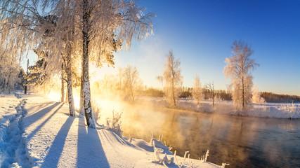 утренний весенний пейзаж с туманом и лесом на берегу реки, Россия, Урал, февраль