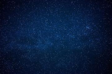 Niebieskie ciemne nocne niebo z wieloma gwiazdami