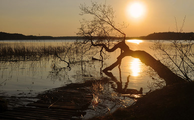 Wiosenny zachód słońca nad jeziorem