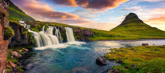 Letni zachód słońca na słynnej wodospadzie Kirkjufellsfoss i Kirkjufell