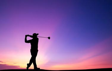 golfista sylwetka gra w golfa podczas pięknego zachodu słońca