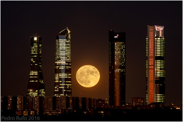 Super Luna en el Skyline de madrid