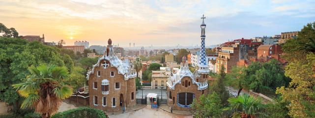 Park Guell w Barcelonie. Zobacz, aby oczarować domy mozaikami na pierwszym planie
