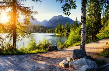 Majestatyczne górskie jezioro w Parku Narodowym Wysokie Tatry. Strbske pleso