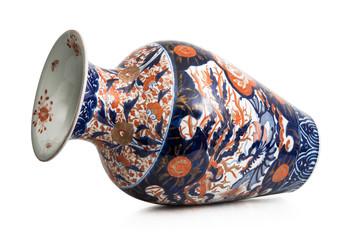 starożytny chiński wazon na białym tle
