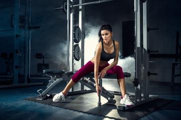 fitness, siłownia, kobieta, sportowiec - Młoda seksowna dziewczyna trenuje w siłowni z ciężarami