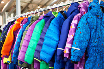Zimowa dziecięca kurtka sportowa na wieszaku w sklepie
