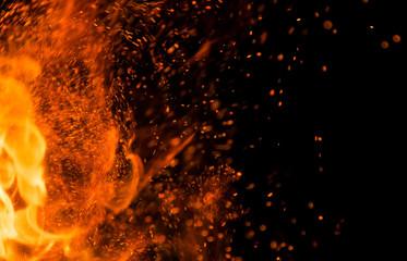 ogień płomienie iskrami na czarnym tle