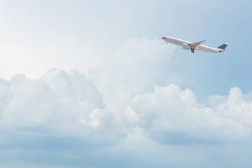 Samolot komercyjny lecący nad jasne błękitne niebo i białe chmury. Elegancki design z miejsca kopiowania dla koncepcji podróży