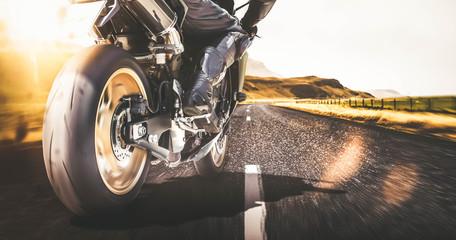 Szybki motocykl na autostradzie z motion blur