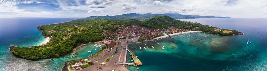 Powietrzna panorama tropikalny laguny i żołnierza piechoty morskiej port w miasteczku Padang Bai, Bali, Indonezja