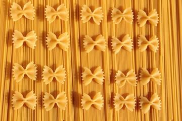 Makaron kokardki ułożony na spaghetti.