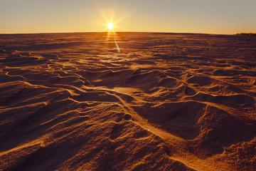 Marsjański zachód słońca (planeta Mars) czerwony krajobraz. Wygląda jak zimna pustynia na Marsie. Ogromne pole lodu