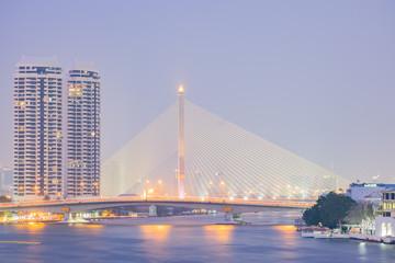 Zmierzch Ramy 8 mosta Chao Phraya rzeka sławny punkt zwrotny w Bangkok, Tajlandia