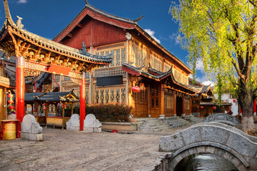 Malownicza ulica, kanał i budynek na Starym Mieście w Lijiang. Lijiang jest popularnym kierunkiem turystycznym Azji.
