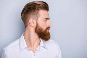 Bocznego widoku portret ufny brodaty mężczyzna patrzeje na kopii przestrzeni z piękną fryzurą w białej koszula